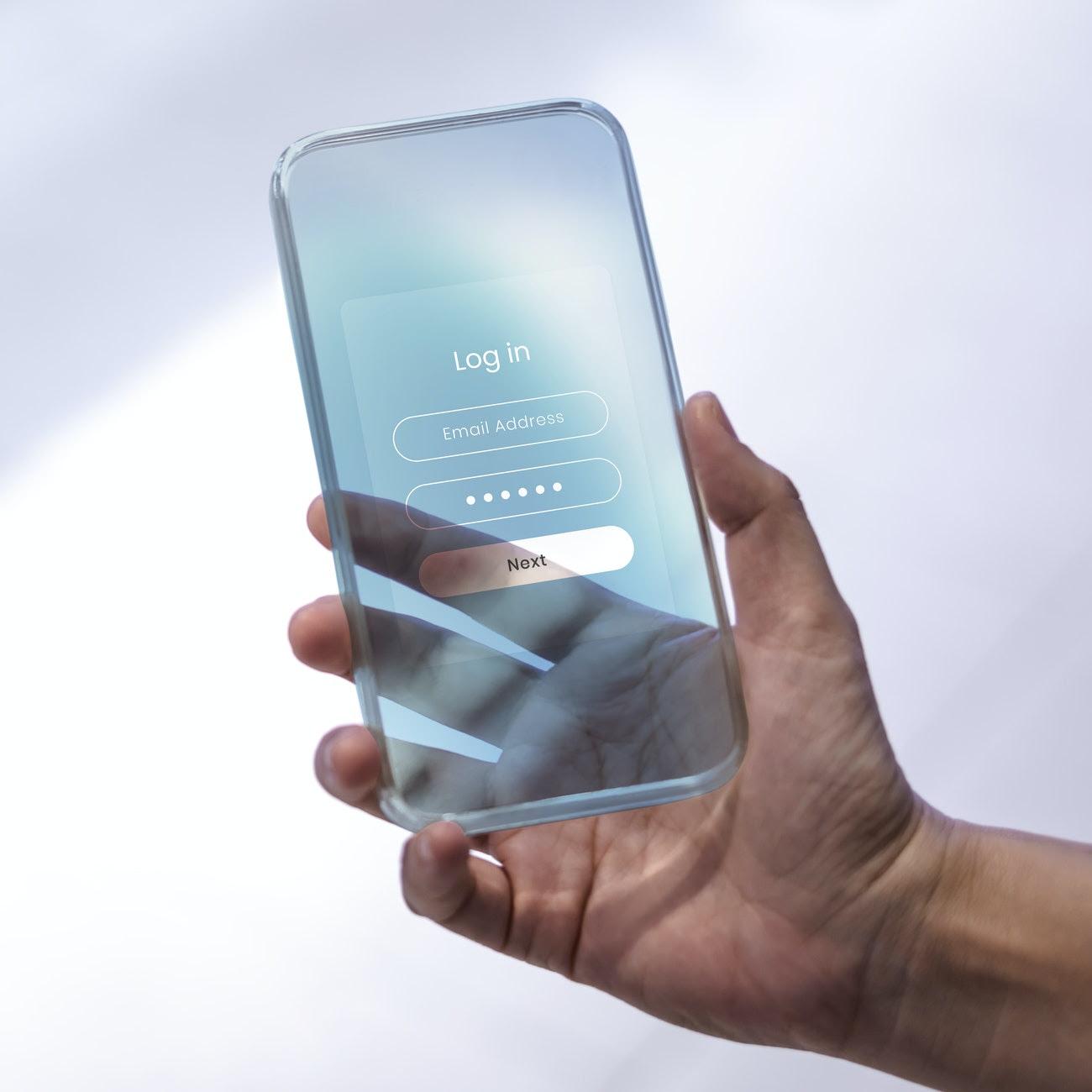 Um objeto com o formato de celular, na cor azul e transparente, é segurado por uma mão masculina. lgpd-vigencia-judiciario-para-complementar-embasamento-em-decisoes