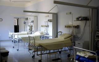 Quarto de hospital com três leitos vazios representam inacessibilidade de hospitais e clínicas após reajustes no plano de saúde chegarem a valores abusivos.